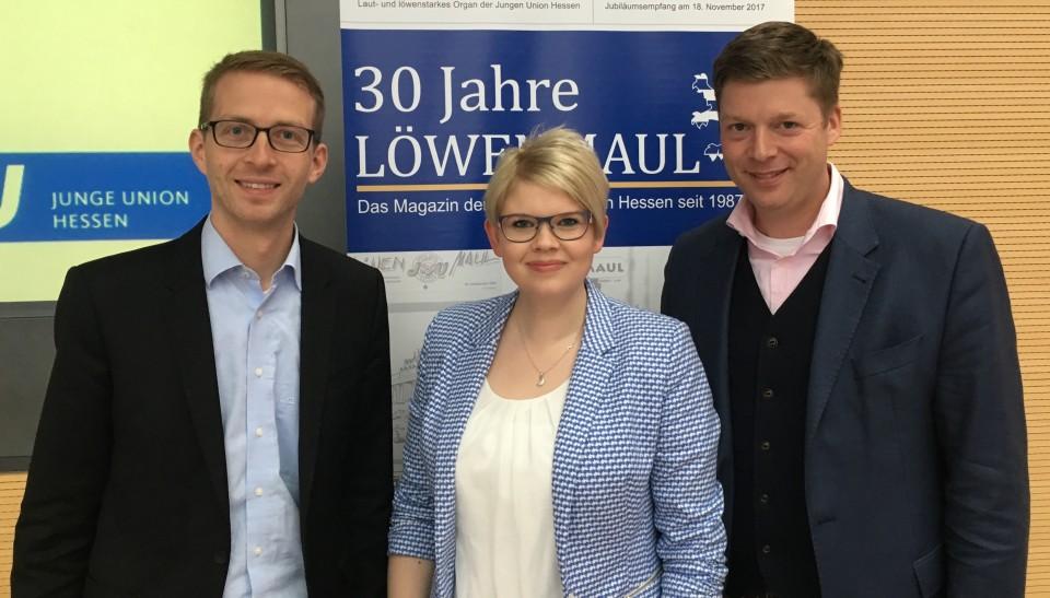 Der Vogelsberger CDU-Landtagskandidat Michael Ruhl(links) steht an zweiter Stelle der hessischen Landtagskandidatenliste der Jungen Union Hessen, freuen sich JU-Kreisvorsitzende Jennifer Gießler und JU-Landesvorsitzender Dr. Stephan Heck(rechts).
