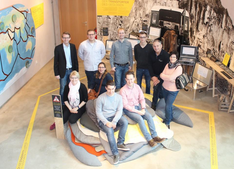 CDU Landtagskandidat Michael Ruhl (links hinten) und die JU-Kreisvorsitzende Jennifer Gießler (links mittig) zeigten sich zusammen mit der Delegation beeindruckt vom neuen interaktiven Vulkaneum in Schotten. Bild: Jennifer Gießler