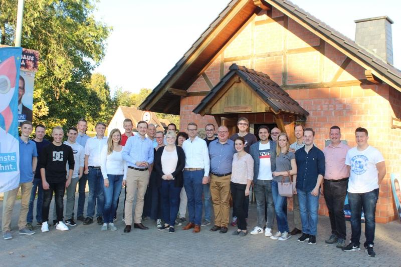 Vor dem Backhaus in Alsfeld-Eifa empfing die Junge Union Vogelsberg mit Kreisvorsitzender Jennifer Gießler (Mitte) den JU-Bundesvorsitzenden Paul-Ziemiak (links neben ihr) und Landtagskandidat Michael Ruhl (rechts daneben)