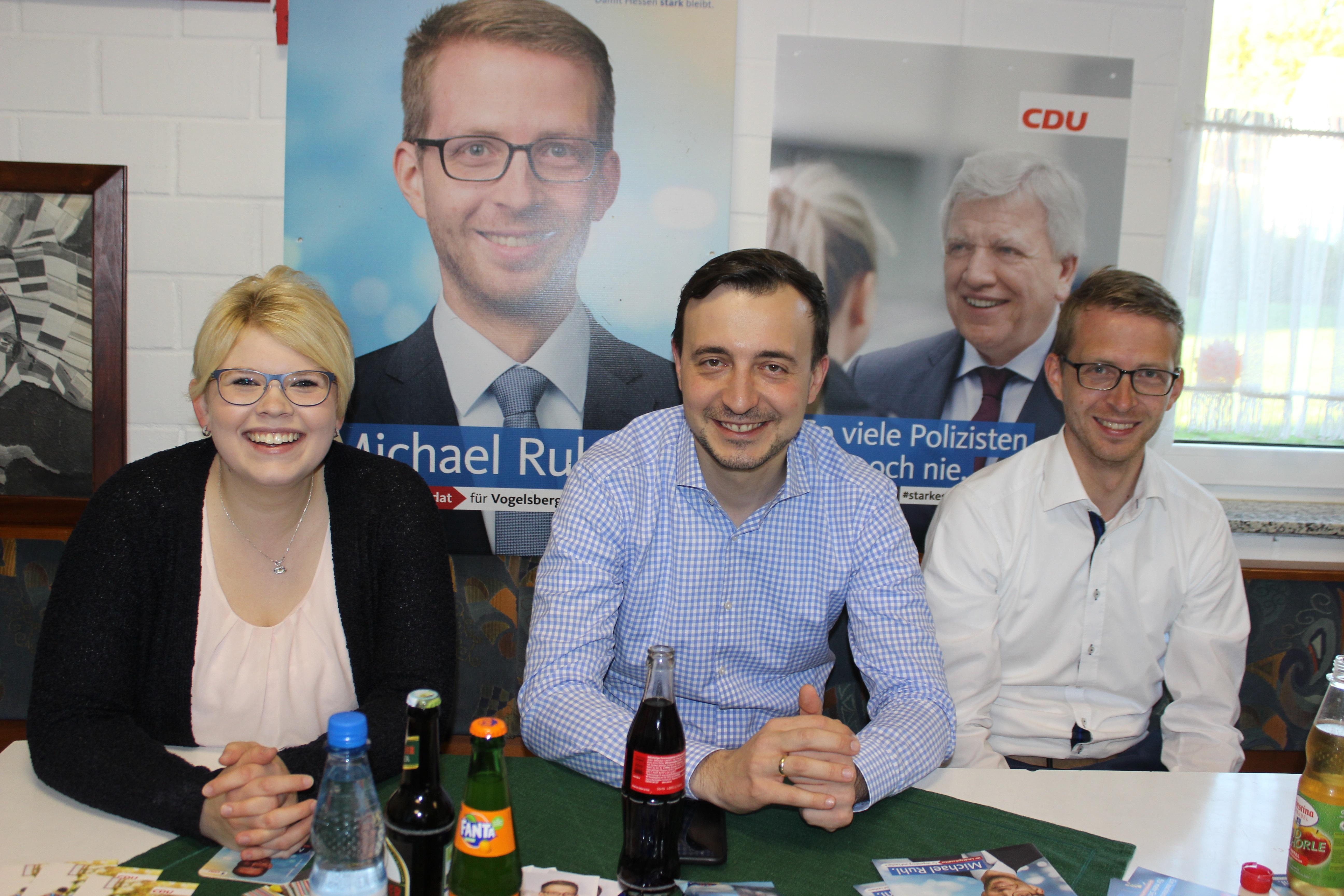 Der neue Generalsekretär der CDU, Paul Ziemiak (Mitte), bei einer Diskussion im Oktober in Eifa mit JU-Kreisvorsitzender Jennifer Gießler (links) und dem danach in den Landtag gewählten Michael Ruhl.