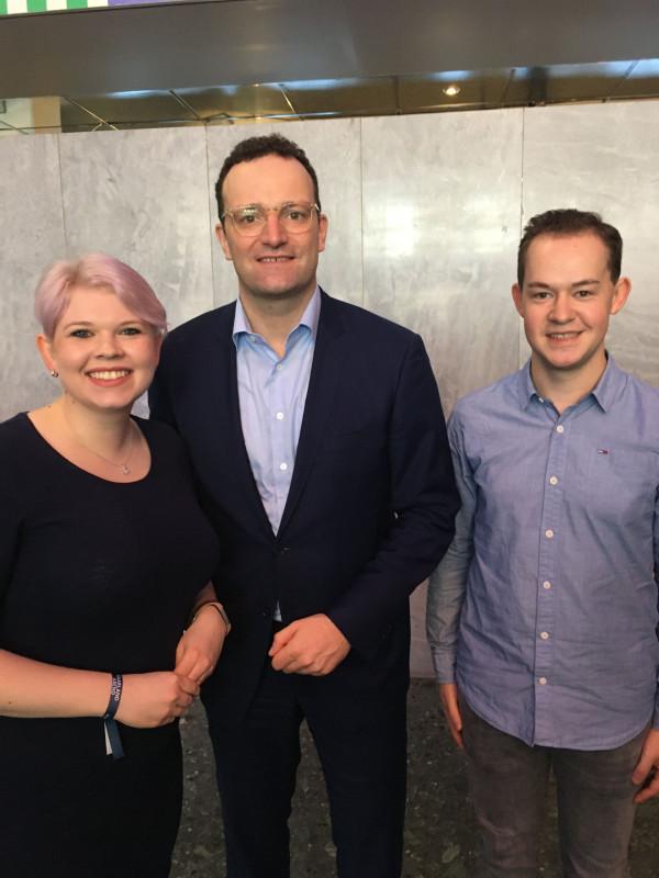 Die Vogelsberger Vertreter Jennifer Gießler und Lukas Kaufmann beim Deutschlandtag der Jungen Union mit Bundesgesundheitsminister Jens Spahn (Mitte).