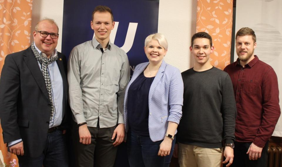 Gratulierten  JU-Chefin Jennifer Gießler (M.) und ihrem Stellvertreter Jan-Hendrik Dörr (2.v.l.) und Schatzmeister Joshua Östreich (2.v.r.): CDU-Kreistagsfraktionschef Stephan Paule (links) und Landesvorstandsmitglied Jan Saal